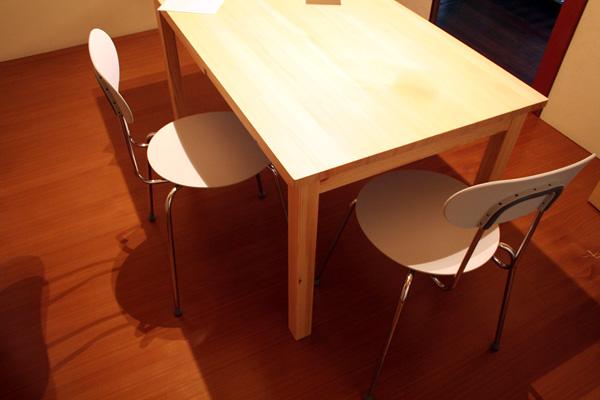 無印良品のパイン材テーブル・引出し付