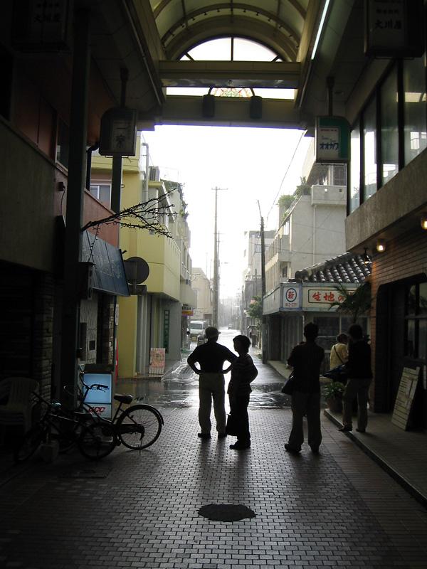 石垣島のアーケードでスコールが去って行くのを待っていた