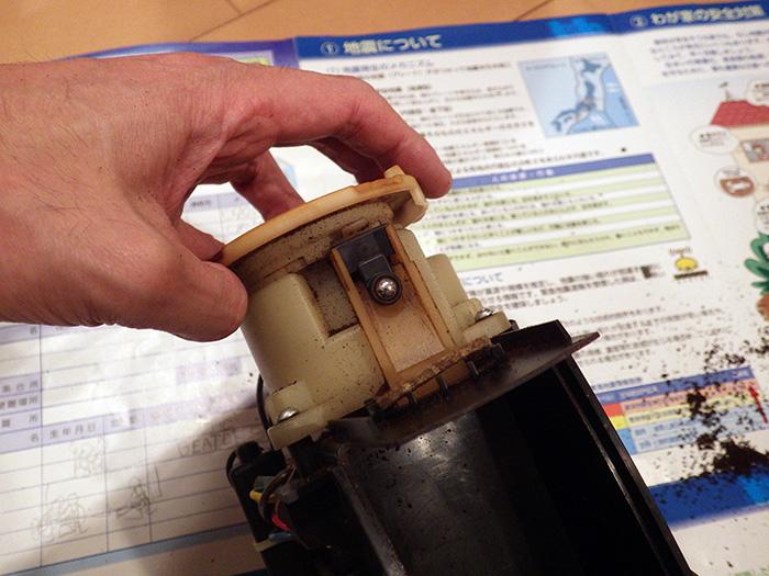 底の四隅にある爪をマイナスドライバーでこじるとスポっとガワが上に抜けます。 続けてシルバーの部分も上に抜くと機械丸出し。たまったコヒーのカスを丁寧に掃除します。