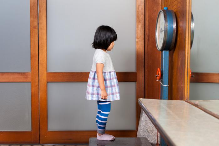 自分の体重と真剣に向き合う三歳女性