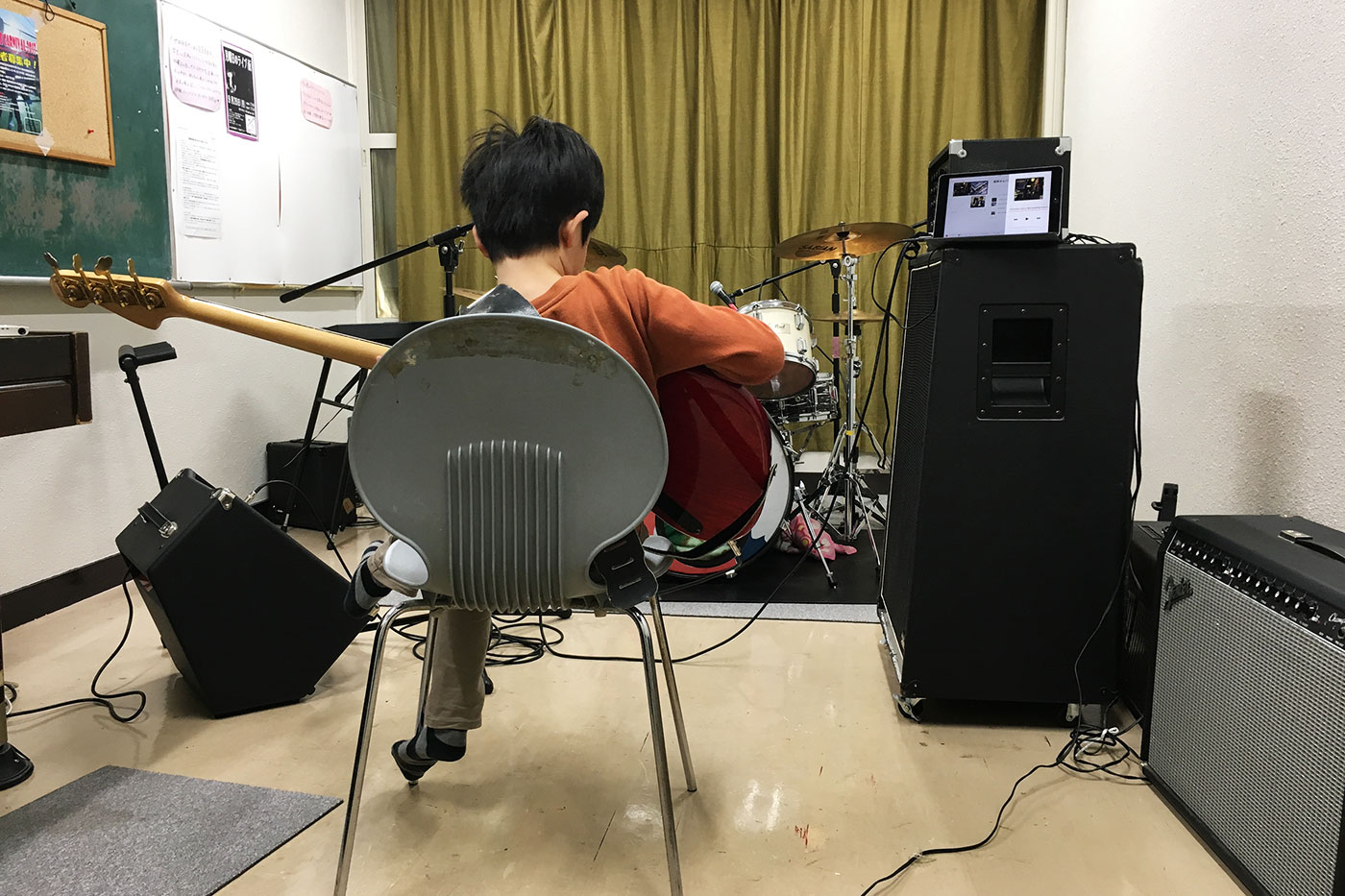 ベースを弾く男児