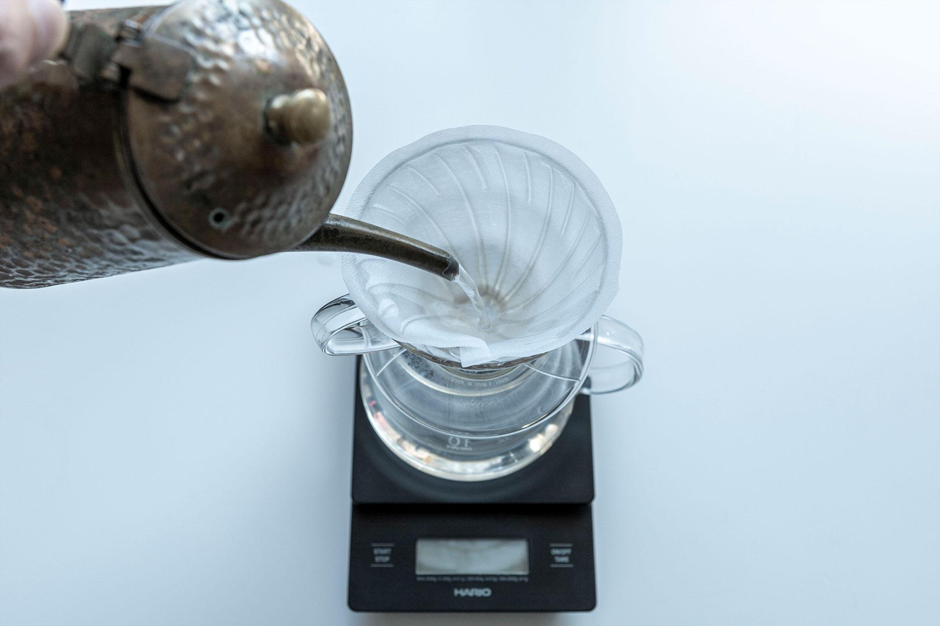 ペーパーをドリッパーにセットして、粉を入れる前にお湯で濡らしておきます。